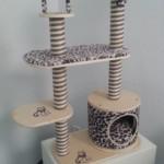 Mittelgrosser Katzenbaum Leopard
